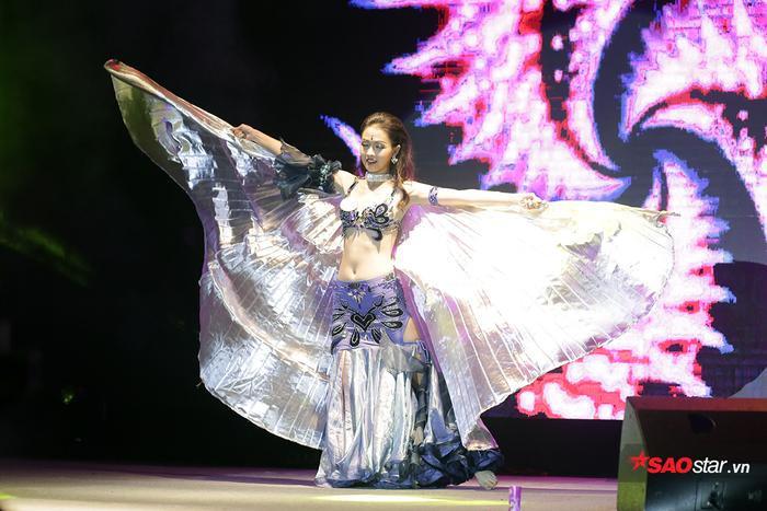 Là một cô gái có tình yêu lớn với nghệ thuật múa và đã theo đuổi bộ môn này nhiều năm, Khánh Ly tự tin thể hiện vũ điệu belly dance nóng bỏng trên sân khấu phần thi tài năng trong đêm chung kết
