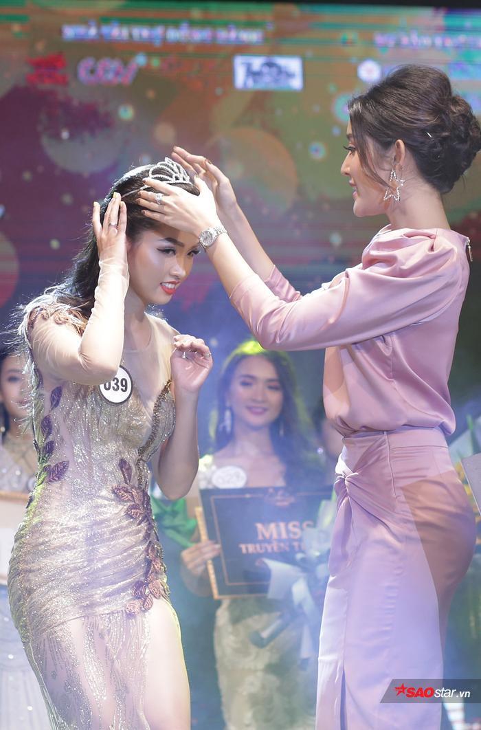 Khoảnh khắc thiêng liêng khi Khánh Ly nhận vương miện từ Á hậu Huyền My.