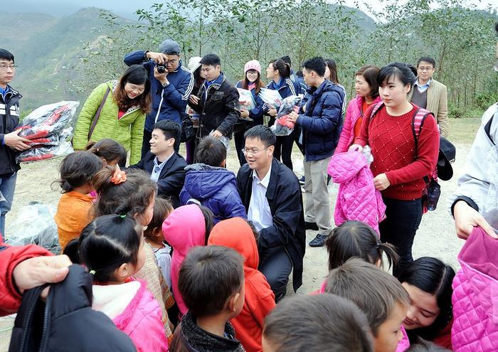 Thứ trưởng Lê Hải An khi đang là Hiệu trưởng trường Đại học Mỏ - Địa chất trong một lần làm công tác thiện nguyện tại Hà Giang.