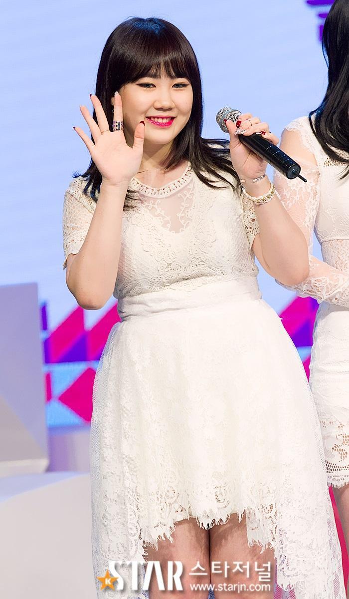 Trước đó khi còn hoạt động trong nhóm 15& của JYP, Park Jimin thường xuyên bị cư dân mạng ném đã chê bai vì ngoại hình béo ú