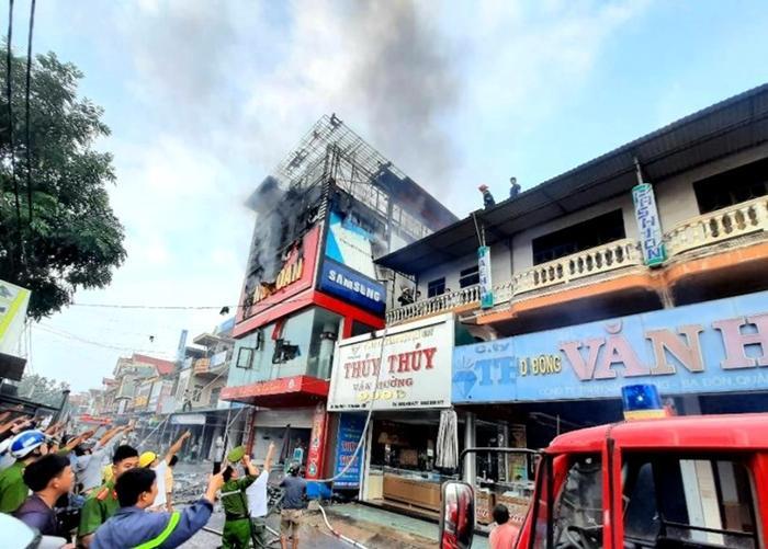 Lực lượng chức năng dập tắt đám cháy tại siêu thị điện máy. Ảnh: Lao Động