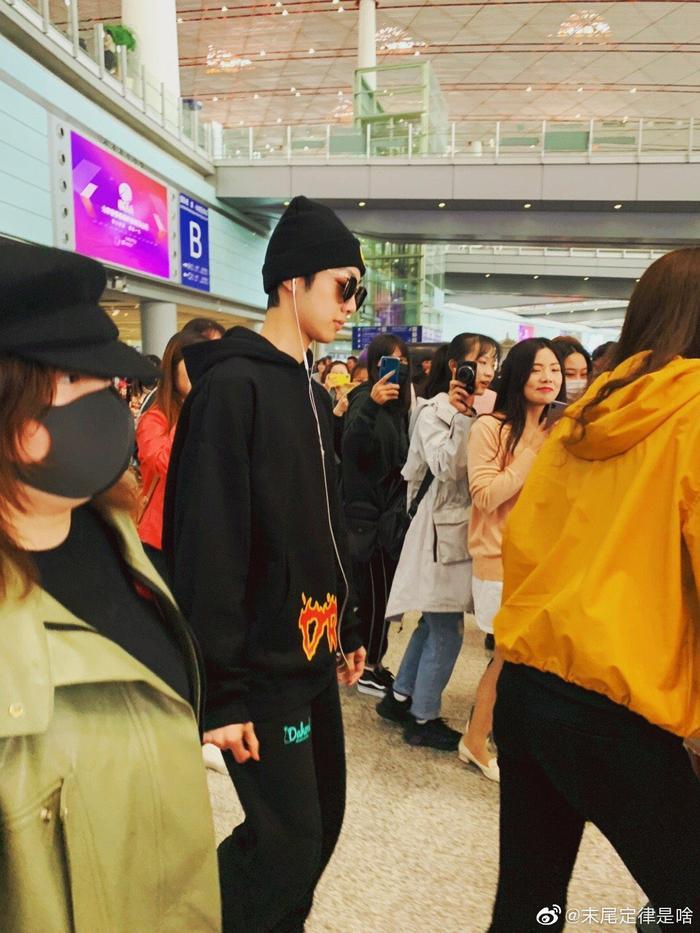 KuanLin (Wanna One) đã trấn an fan trên Weibo sau khi xuất hiện với đôi mắt sưng húp.