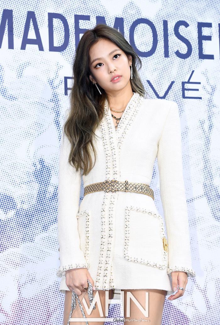 """Năm 2017, khi còn là tân binh chưa debut được 1 năm, Jennie đã """"lọt vào mắt xanh"""" của Chanel và được mời đến tham dự các sự kiện của nhãn hàng thời trang hàng đầu này."""