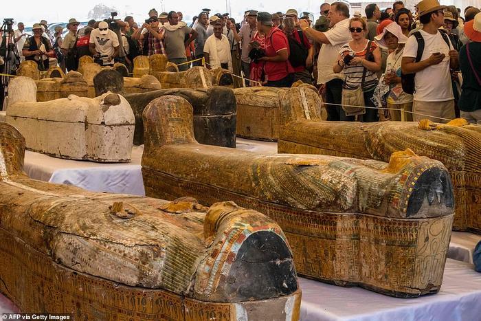 Khách du lịch chụp ảnh chiếc quách được trưng bày trước Đền Hatshepsut trong thung lũng các vị vua ở Luxor của Ai Cập.