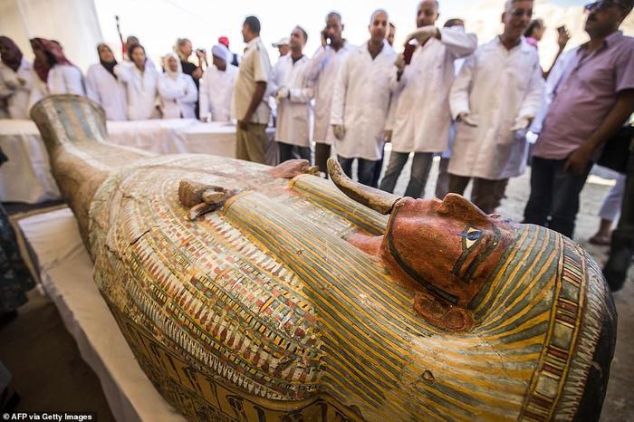 Các nhân viên của Bộ cổ vật Ai Cập quan sát một chiếc quách được trưng bày trước Đền Hatshepsut. 30 quan tài chứa xác ướp được bảo quản tốt.