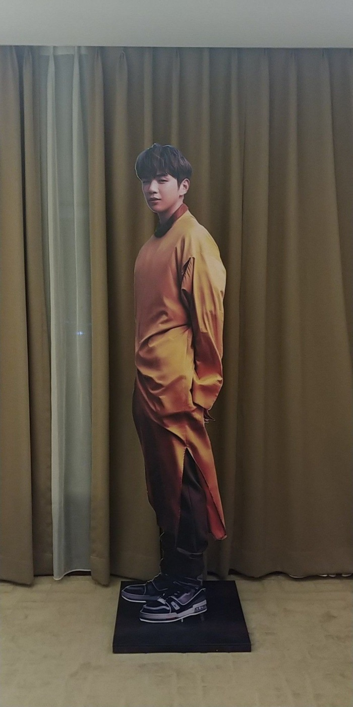 Standee của Kang Daniel được một cô gái mang đến tiệc cưới người bạn thân.