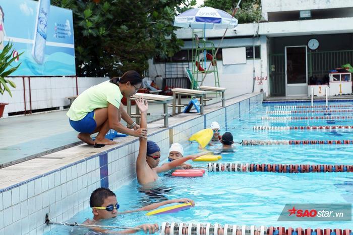 Cô gái một thời của thể thao Việt Nam chia sẻ công việc dạy các em nhỏ học bơi, Kim Tuyến còn tập luyện thể lực mỗi ngày để chuẩn bị cho SEA Games 30. Đây là một cuộc tái xuất đầy bất ngờ khi Kim Tuyến tham gia tranh tài ở 3 môn phối hợp.