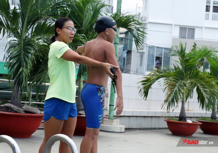 Kim Tuyến đứng bên hồ bơi, chỉ các em nhỏ từng động tác đã trở thành điều quen thuộc trong mắt các phụ huynh ở quận 4, TP.HCM.