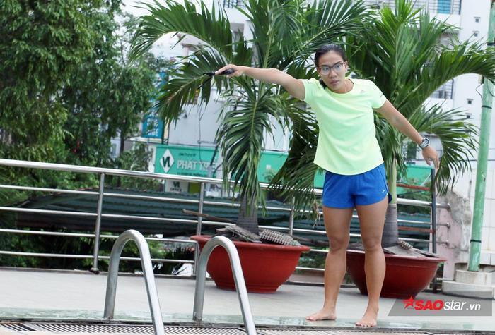 Cô gái vàng từng giành 16 HCV (kỷ lục gia hồ bơi ngắn) đã vừa học vừa tham gia dạy các em nhỏ tập bơi. Kim Tuyến quyết định gắn bó với công việc từng mọt thời đưa tên tuổi đến với hàng triệu người hâm mộ.