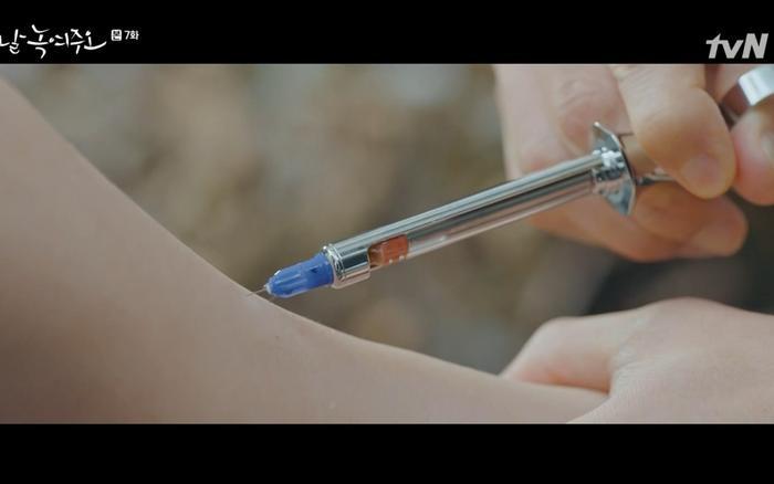 Dong Chan nhường thuốc cho Mi Ran.