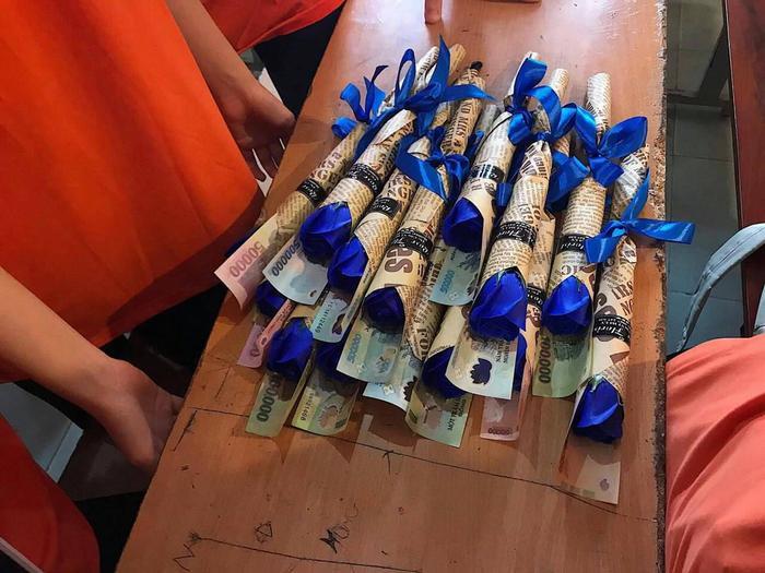 Những bông hoa đồng tiền với nhiều mệnh giá. Ảnh: Ngô Quang Chính/Trường Người Ta