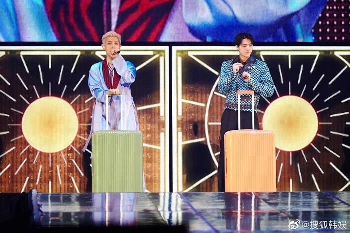 Sehun và Chanyeol trong sân khấu concert.