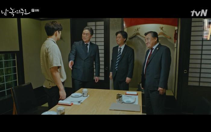 Chủ tịch Lee đã đích thân xuất hiện trước Dong Chan khiến anh nghi ngờ.