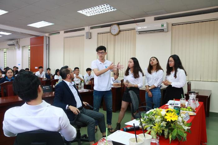 Các đội nhóm trình bày ý tưởng dự án của mình với các thành viên Ban giám khảo.