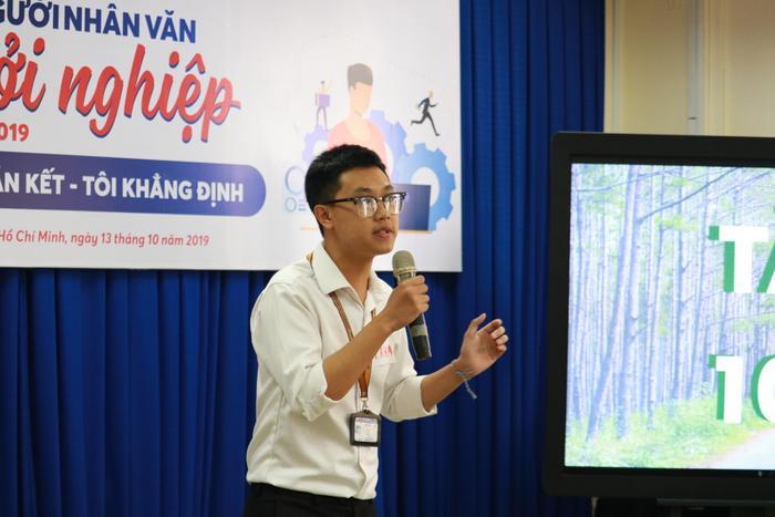 Đại diện nhóm dự án Mô hình Du lịch xanh Don Duong Travel trình bày ý tưởng.