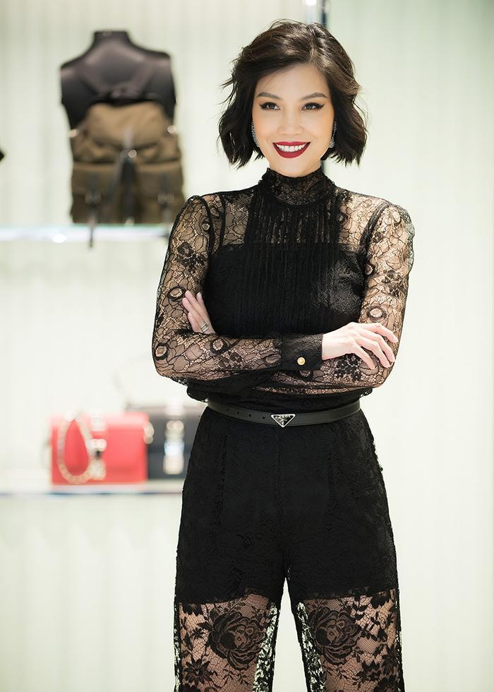 Vũ Cẩm Nhung mặc set ren đen bí ẩn