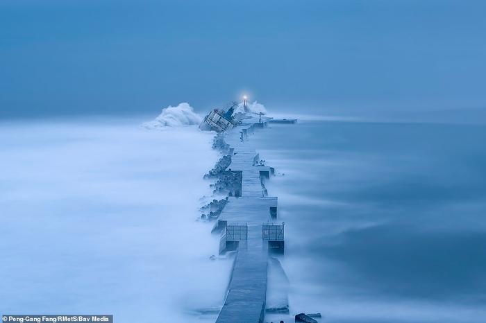 Con tàu mắc cạn sau cơn bão ở Đài Loan vô tình tạo nên một khung cảnh tuyệt đẹp