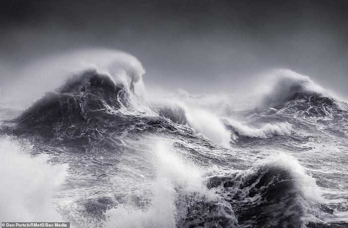 Bức ảnh ấn tượng chụp cơn bão Erik đổ bộ vào New Haven, phía đông Sussex, Vương quốc Anh vào đầu tháng 2 năm nay
