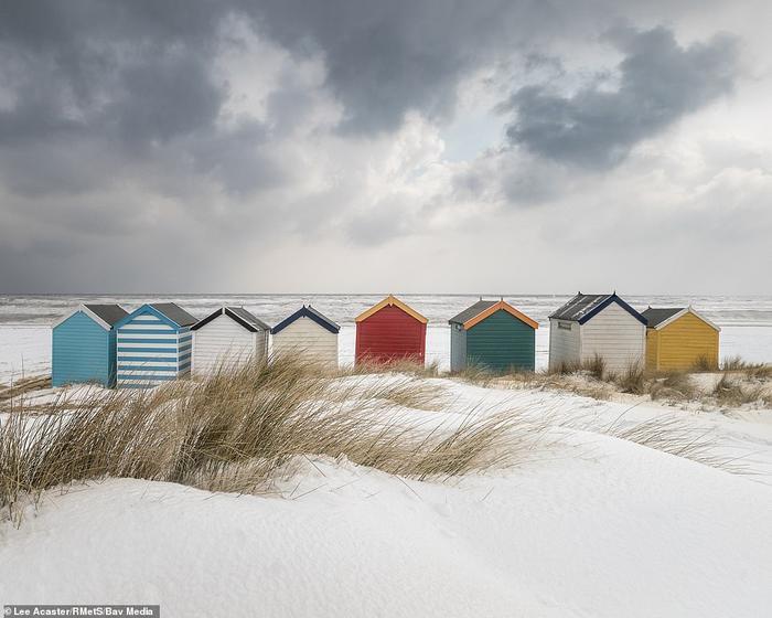 Những túp lều đủ màu tương phản với nền trời xám xịt ở bên bờ biển của thị trấn Southwold, Suffolk, nước Anh