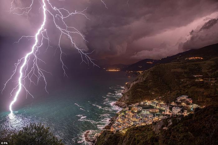 The Power Of Lightning của nữ nhiếp ảnh gia Elena Salvai, bức ảnh được yêu thích nhất của cuộc thi