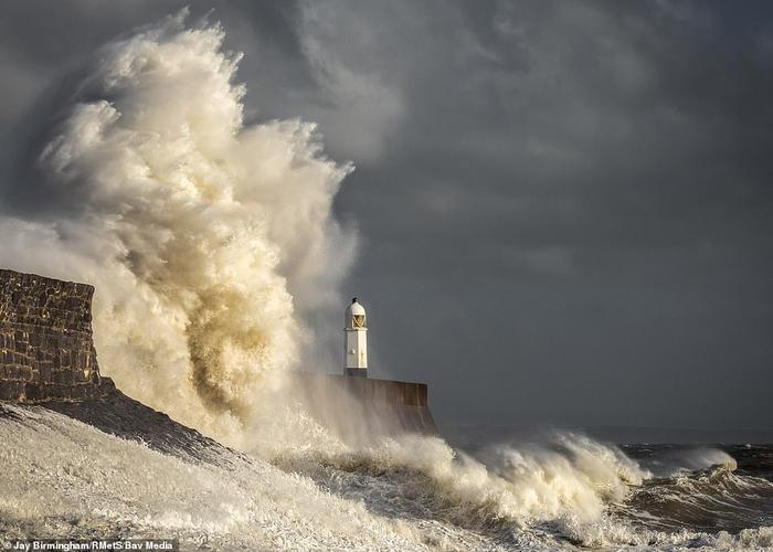 Một con sóng mạnh đánh vào bờ biển của thị trấn Porthcawl, phía Nam xứ Wales