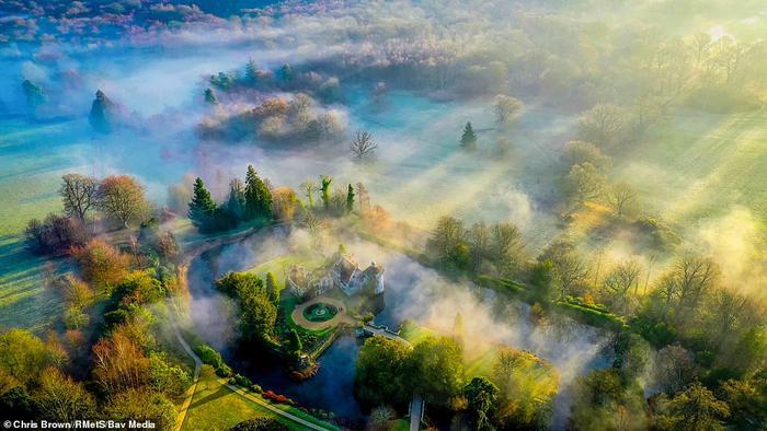 Lâu đài Scotney mờ ảo trong làn sương sớm. Scotney nằm ở thung lũng sông Bewl, Kent, Vương quốc Anh