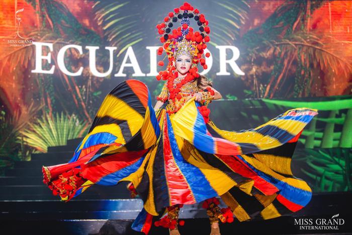 Đại diện Ecuador đang là ứng viên số 1 cho danh hiệu Best National Costume tại mùa giải năm nay. Bộ trang phục được đánh giá là hoàn hảo nhất năm nay được cô gái Mara Topic xử lý như một nghệ sĩ múa ballet thực thụ.