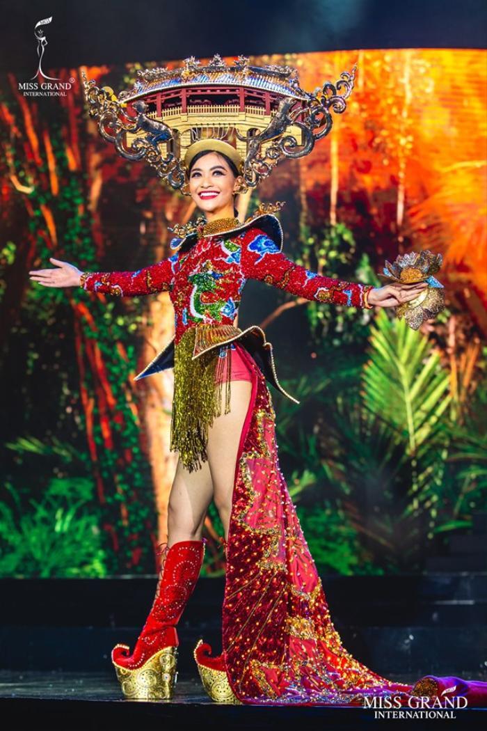 Nguyễn Hà Kiều Loan trong bộ trang phục dân tộc Huyền đăng hội.