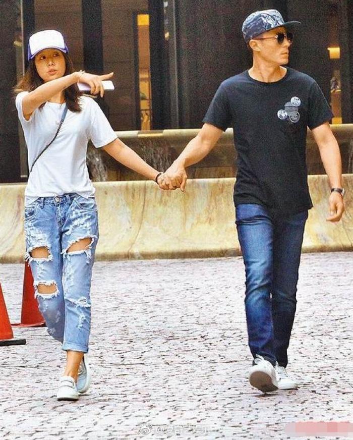 Song hai vợ chồng vẫn luôn chứng minh tình cảm của mình bằng những hành động quan tâm, yêu thương.