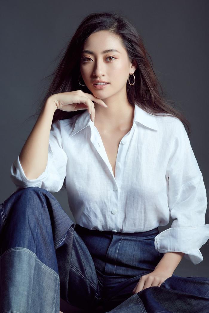 Chiếc áo sơ-mi trắng chất liệu linen được Lương Thùy Linh phối theo cách basic nhất – cùng quần jeans ống suông.