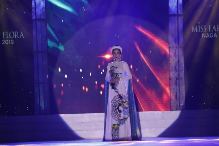 Diện trên mình chiếc áo dài truyền thống, Hoàng Hạnh thể hiện ca khúc Tàu anh qua núi cho phần thi tài năng của mình.