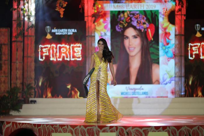 Đại diện Venezuela thắng giải Best Evening Gown (Trang phục dạ hội) của nhóm Lửa
