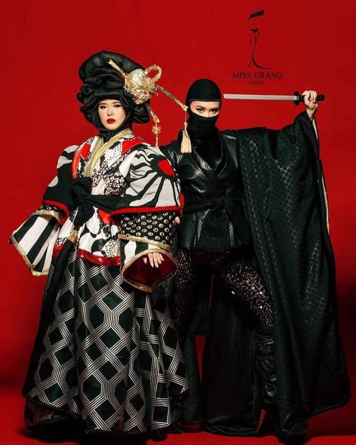 Bộ trang phục lấy cảm hứng từ Kimono với điểm nhấn 2 trong 1. Tuy nhiên trong phần trình diễn, Hoa hậu Nhật bản đã gặp một sự cố nhỏ, cô không rút được thanh kiếm vì quá chặt. Bù lại màn biến hóa 2 trong 1 khiến khán giả mãn nhãn.
