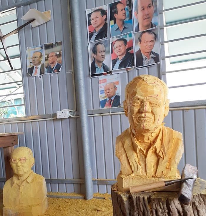 Trong căn phòng làm việc của anh Hoàng dán nhiều ảnh của bầu Đức và HLV Park Hang Seo. Tượng bầu Đức vẫn chưa xong. Ảnh: NVCC