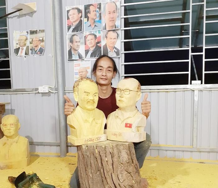 Anh Quốc Hoàng (Hà Tĩnh) đục hai bức tượng bầu Đức và HLV Park Hang Seo.Ảnh: NVCC