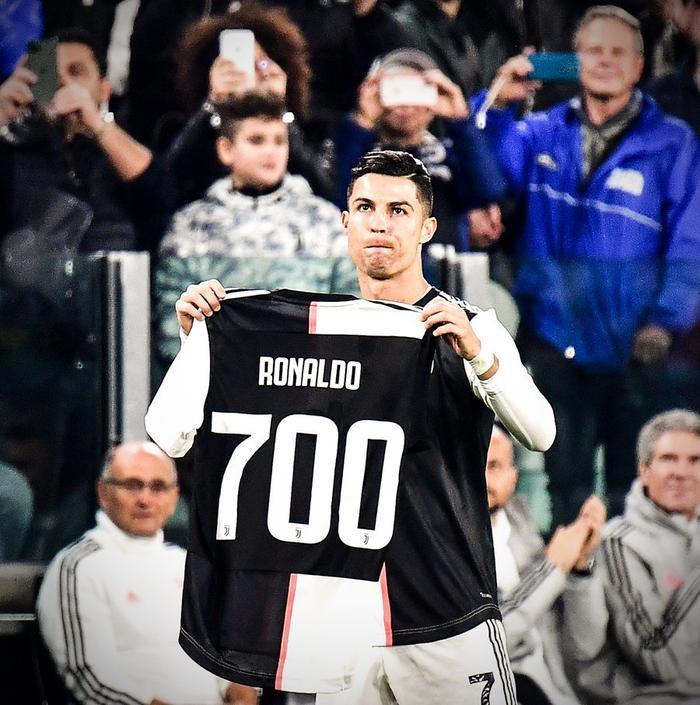 Nistelrooy từng có thời gian thi đấu cùng Ronaldo.