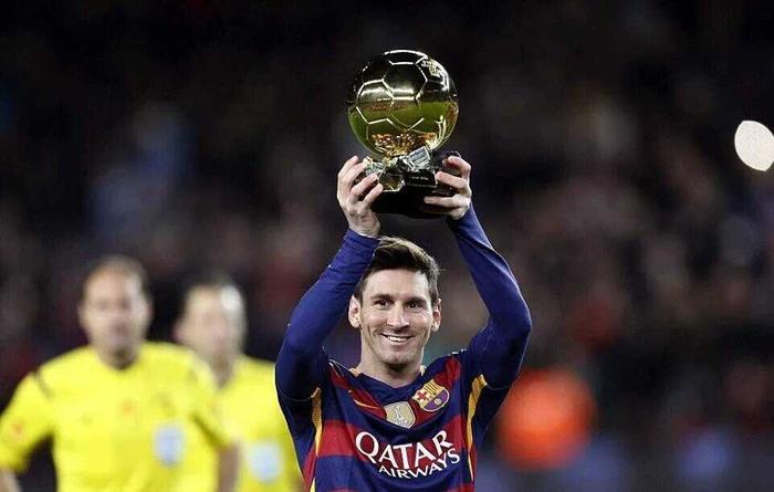 Messi hơn Ronaldo về hiệu suất được đề cử giành Quả bóng vàng Châu Âu.