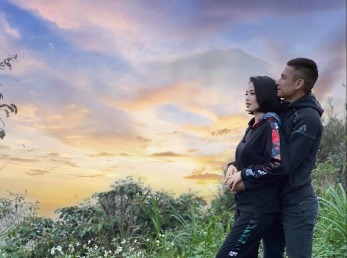 Tâm Tít 'trốn con' cùng chồng lên núi hâm nóng tình cảm