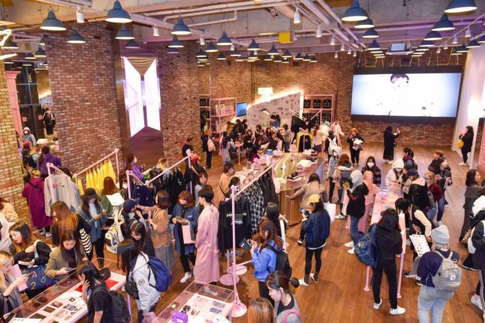 Fan đổ xô đến House of BST, cửa hàng pop-up mở nhân lưu diễn của BTS với hơn 200 món đồ của nhóm nhạc.