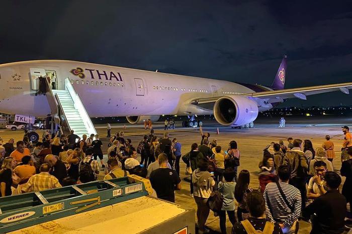 Hàng trăm hành khách được sơ tán khỏi máy bay sau tiếng nổ từ phía động cơ.