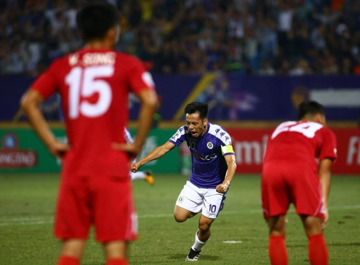 Văn Quyết từng mất danh hiệu Quả bóng vàng Việt Nam vì hành động thiếu kiềm chế trước trọng tài.