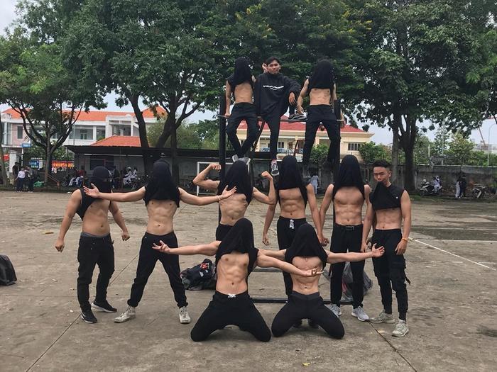 Dàn nam sinh khoe cơ bụng 6 múi ngay tại sân trường khiến nhiều chị em phụ nữ phấn khích. Ảnh: Nguyễn Ngọc Anh/Group Trường Người Ta