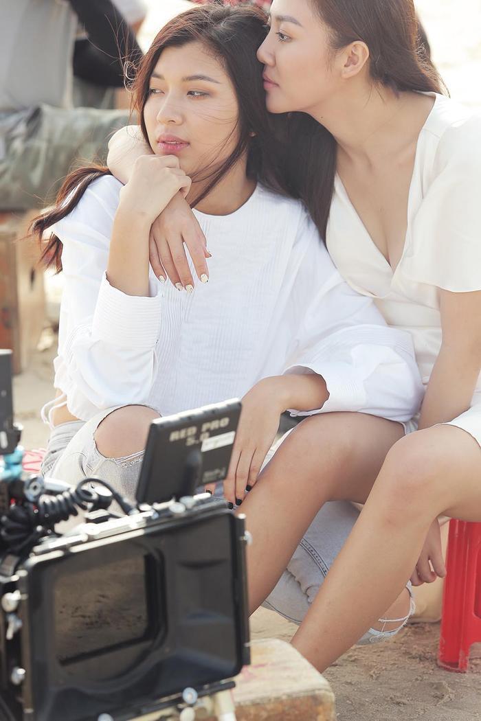 Ngoài những set quay, Văn Mai Hương và Đồng Ánh Quỳnh cũng có những cử chỉ vô cùng tình cảm.