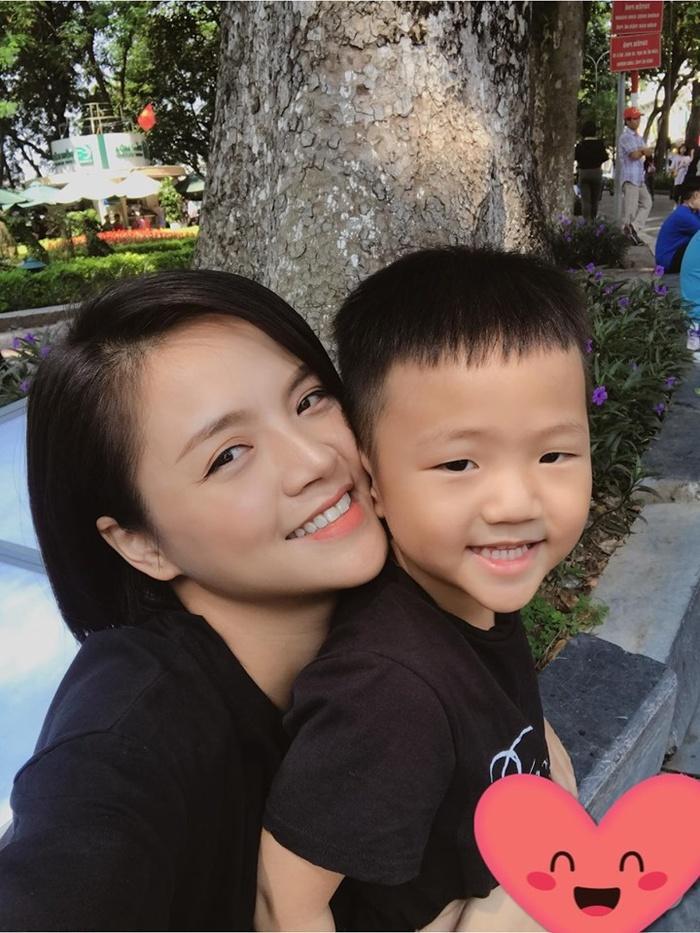 Hiện tại dù bận rộn công việc nhưng Thu Quỳnh vẫn thường xuyên dành thời gian chăm sóc và vui chơi cùng con trai