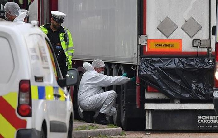 Các điều tra viên tại hiện trường nơi 39 thi thể được tìm thấy trong container đông lạnh hôm 23/10. Ảnh: AFP/Getty.