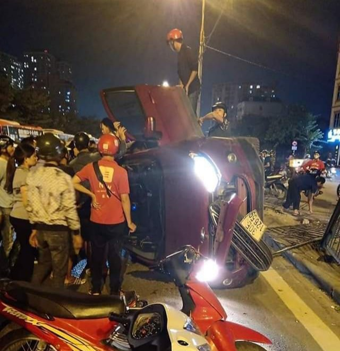 Phá cửa ô tô Ford Ecosport giải cứu cả gia đình 5 người sau cú tông giải phân cách khiến xe lật nghiêng