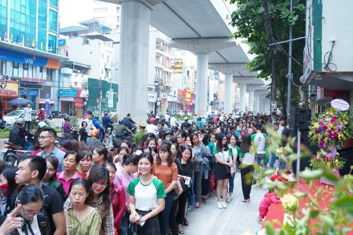Mặc dù 8h mới bắt đầu chương trình khai trương Thu Cúc Mega Beauty Center Cầu Giấy nhưng ngay từ sáng sớm lượng khách hàng đổ về đã rất đông.