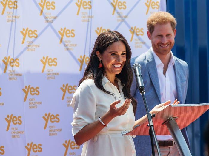 Tại sao Meghan Markle và Kate Middleton luôn mặc váy ngàn đô với khuyên tai rẻ tiền? ảnh 4