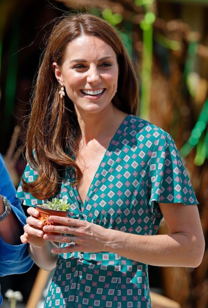 Tại sao Meghan Markle và Kate Middleton luôn mặc váy ngàn đô với khuyên tai rẻ tiền? ảnh 2