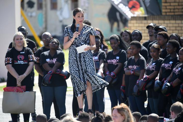 Tại sao Meghan Markle và Kate Middleton luôn mặc váy ngàn đô với khuyên tai rẻ tiền? ảnh 6